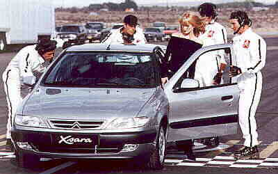 Claudia Schiffer gets into the Xsara....